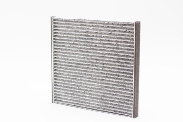 Zbliżenie na węglowy filtr powietrza samochodu na białym tle