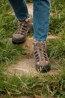 Zbliżenie na wiejskie buty podróżne