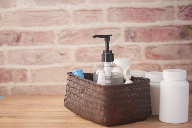 Zbliżenie na wiele środków do dezynfekcji rąk w pudełku na stole