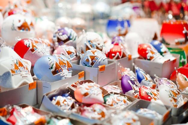 Zbliżenie na wiele zabawek - jarmark bożonarodzeniowy w pradze, czechy