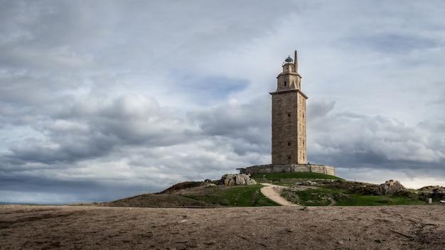 Zbliżenie na wieżę herkulesa w hiszpanii