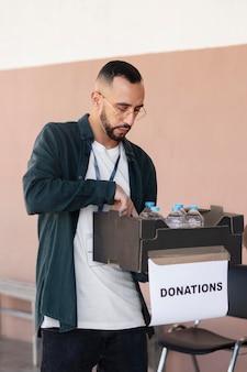 Zbliżenie na wolontariuszy organizujące rzeczy do darowizny