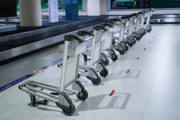 Zbliżenie na wózek bagażowy na lotnisku w donmuang. bangkok, tajlandia