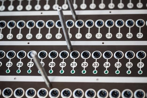 Zbliżenie na wyrafinowany sprzęt sterowany radiowo z ponumerowanymi panelami i przyciskami