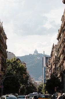 Zbliżenie na wysokie budynki na tle nieba