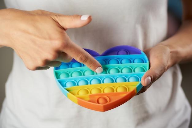 Zbliżenie na zabawkę typu fidget