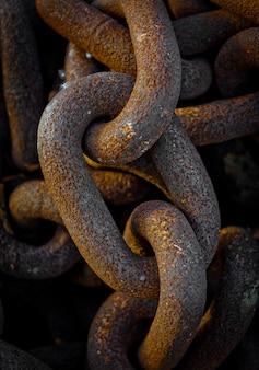 Zbliżenie na zardzewiałe stare łańcuchy