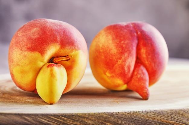 Zbliżenie na zdeformowane i niedoskonałe brzoskwinie