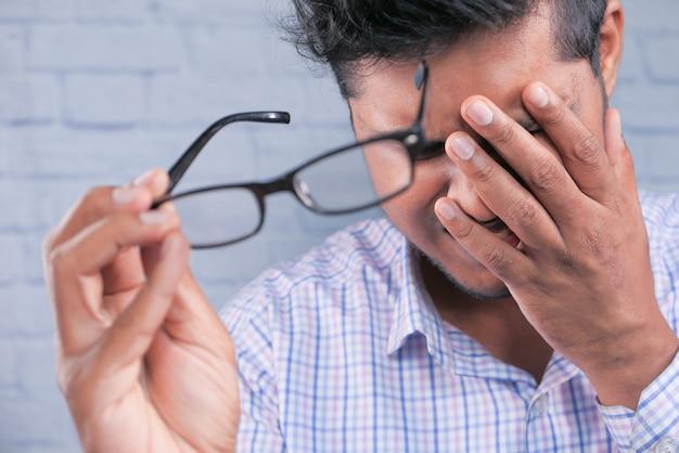 Zbliżenie na zdenerwowany mężczyzna cierpiący na silny ból oka.