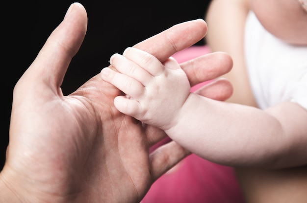 Zbliżenie na zdjęcie ojca trzymającego rękę dziecka