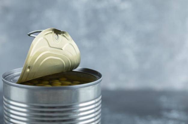Zbliżenie na zdjęcie otwartego zielonego groszku cynowego