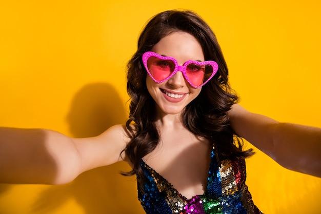 Zbliżenie na zdjęcie pozytywnej wesołej dziewczyny sprawia, że selfie ciesz się fotografowaniem letniej wycieczki nosić błyszczącą spódnicę odizolowaną na jasnym tle w kolorze połysku