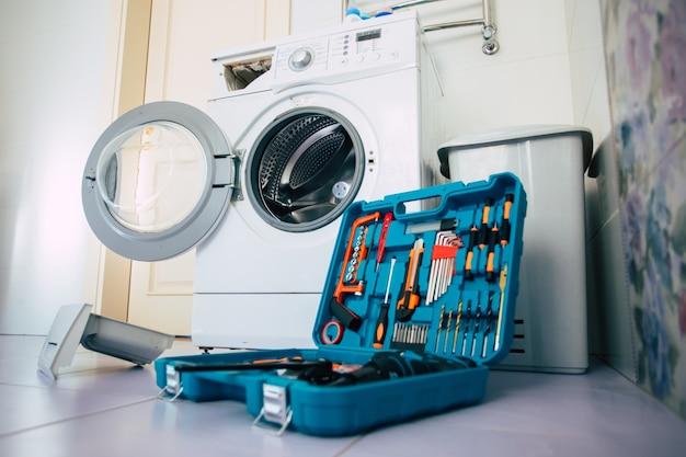 Zbliżenie na zdjęcie profesjonalnego zestawu narzędzi na stałym tle pralki w łazience