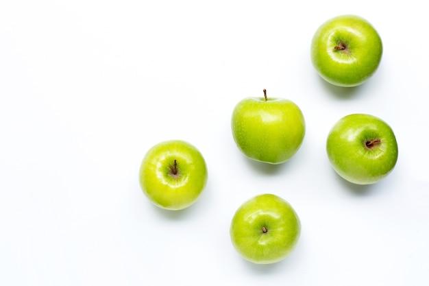 Zbliżenie na zielone jabłka na białym tle