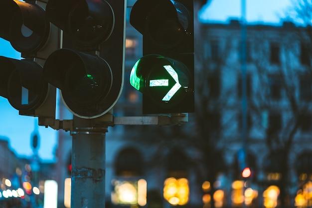 Zbliżenie na zielone światło drogowe wieczorem