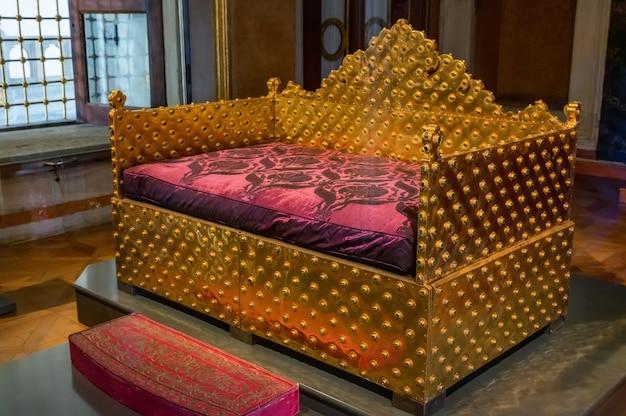 Zbliżenie na złoty tron ceremonii, na którym sułtani siedzą w pałacu topkapi