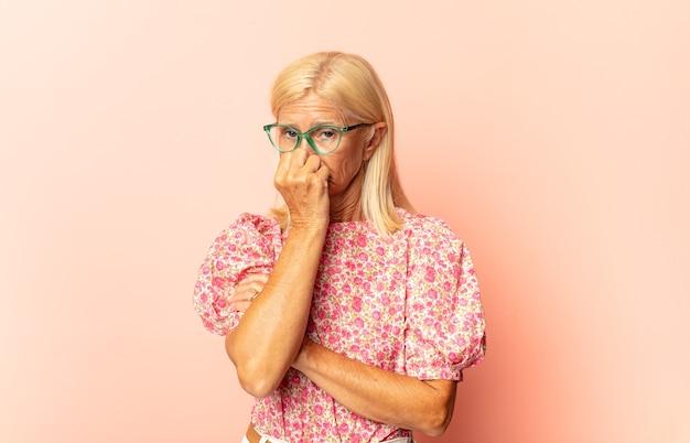 Zbliżenie na zmartwioną kobietę w średnim wieku