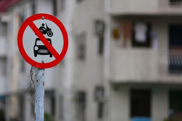 """Zbliżenie na znak drogowy """"brak pojazdów silnikowych"""" wykonany przez departament transportu w tai wai"""