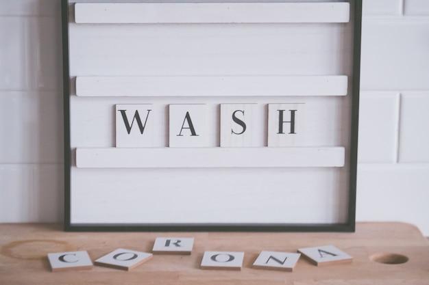 """Zbliżenie na znak """"wash"""" podnoszący świadomość na temat istniejącej pandemii"""