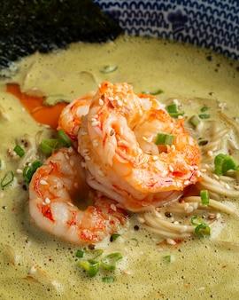 Zbliżenie na zupę matcha ramen z langustynkami
