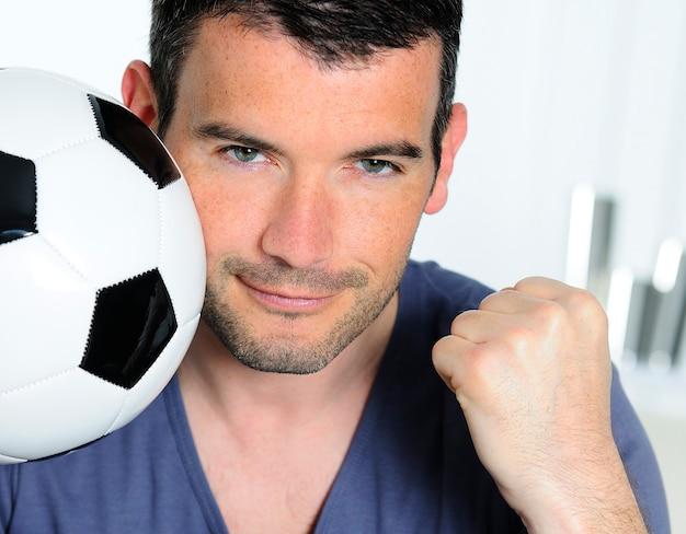 Zbliżenie namiętny kibic piłki nożnej z balonem biały i czarny