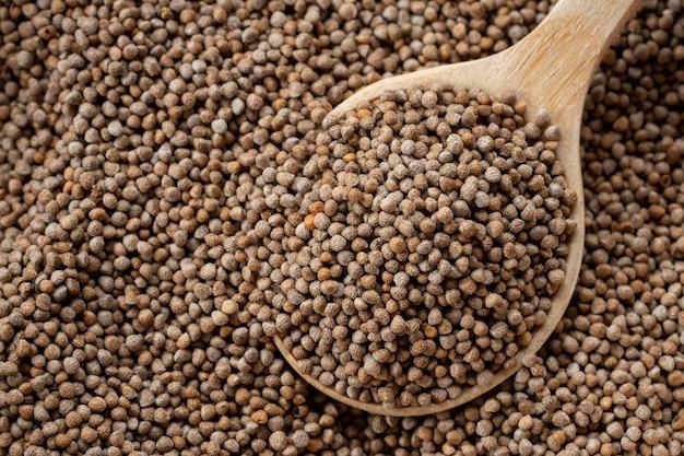 Zbliżenie nasiona perilla w drewnianej łyżce to ziarna, które można spożywać zarówno z nasionami, jak i liśćmi