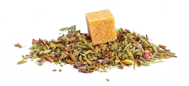 Zbliżenie naturalna ziołowa herbata robić różnorodni luźni wysuszeni ziele odizolowywający na bielu