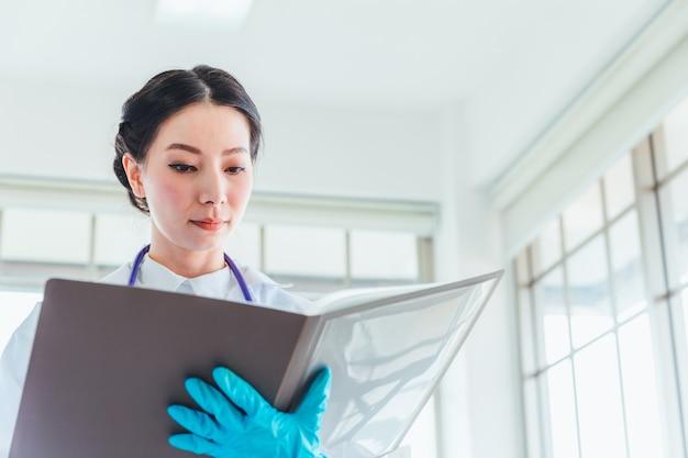 Zbliżenie nauki kobiet ucznie pracuje z substancjami chemicznymi w lab