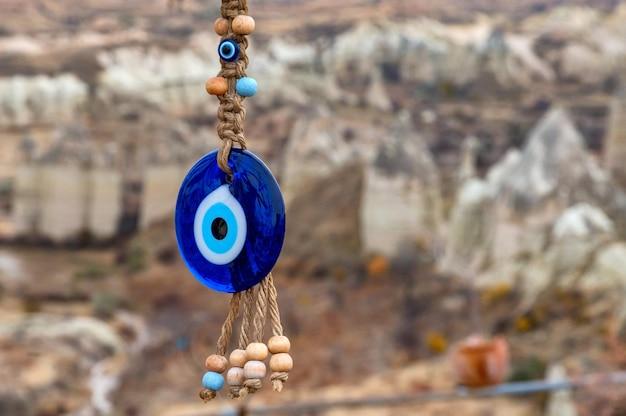 Zbliżenie nazara lub amuletu w kształcie oka, uważanego za ochronę przed złym okiem