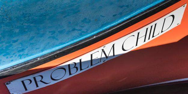 Zbliżenie: nazwa na łodzi rybackiej, main-a-dieu, wyspa cape breton, nowa szkocja, kanada