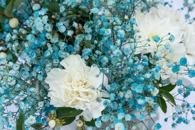 Zbliżenie niebiesko-białej gipsówki w kompozycji kwiatów bukietu romantyczna selektywna ostrość