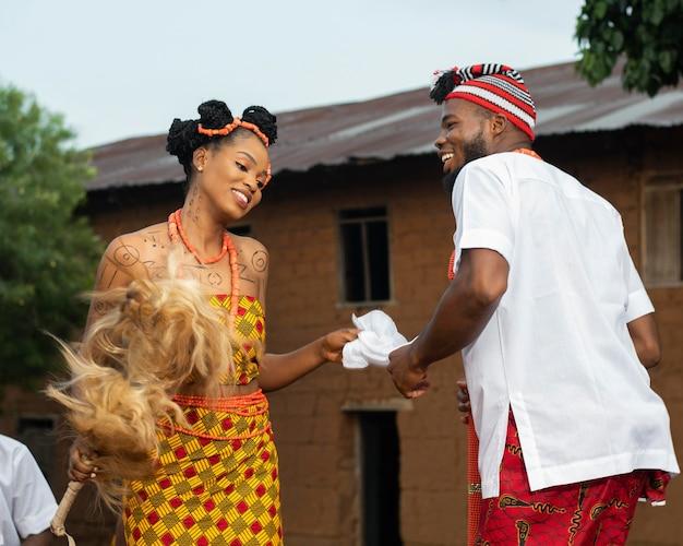 Zbliżenie nigeryjskich tancerzy z biżuterią