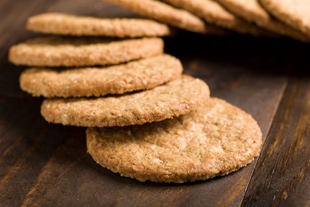 Zbliżenie niskokalorycznych ciasteczek na rustykalnym tle