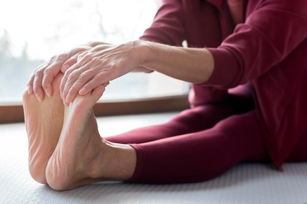 Zbliżenie nóg rozciągnięte w celach sportowych