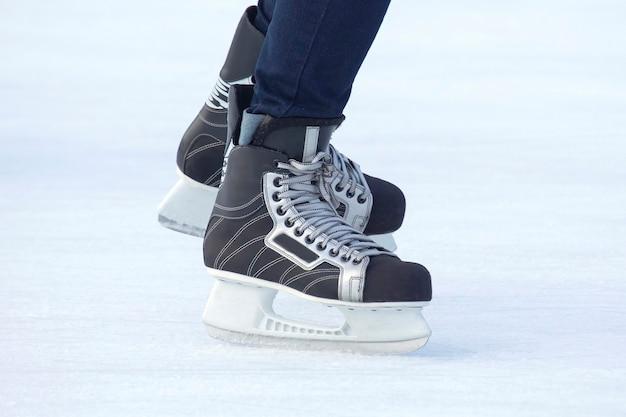 Zbliżenie nogi mężczyzny na łyżwach na lodowisku