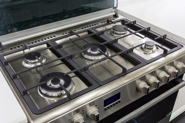 Zbliżenie nowiutki, nowoczesny piec gazowy na blacie we współczesnej nowoczesnej kuchni domowej.