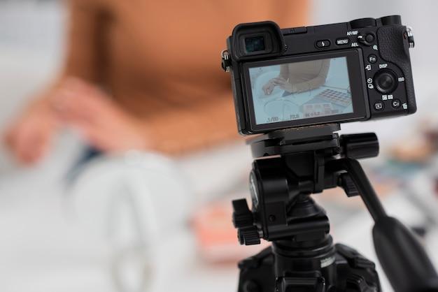 Zbliżenie nowoczesnego aparatu na statywie