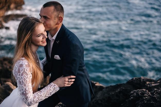 Zbliżenie nowożeńców na tle oceanu