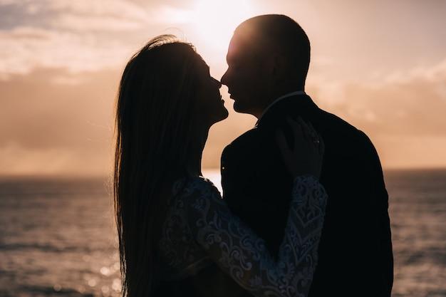 Zbliżenie nowożeńców w siebie ramiona i pocałunek