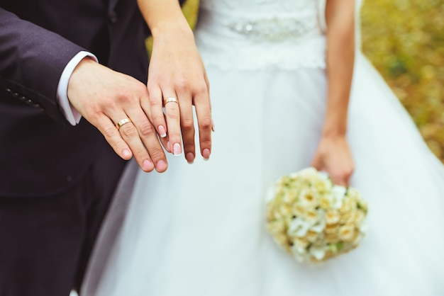 Zbliżenie nowożeńcy pokazują swoje obrączki