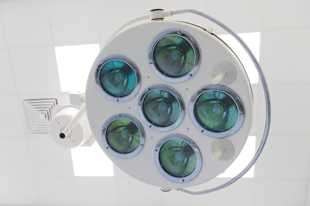 Zbliżenie nowożytny medyczny / chirurgicznie lampowy funkcjonujący pokój w klinice, horyzontalny, dolny widok