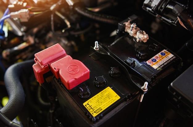 Zbliżenie nowy bateryjny samochód w parowozowej maszynie - mechanik samochodowa bateria