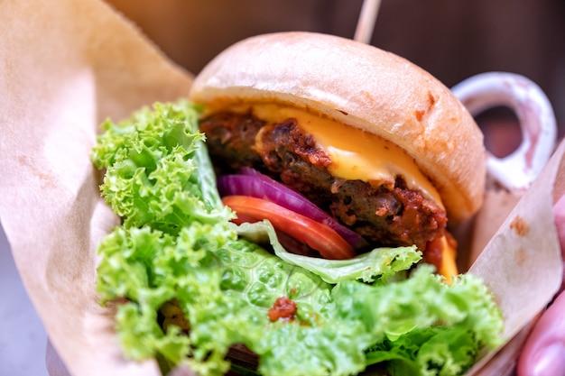 Zbliżenie obraz cheeseburgera wołowego w restauracji