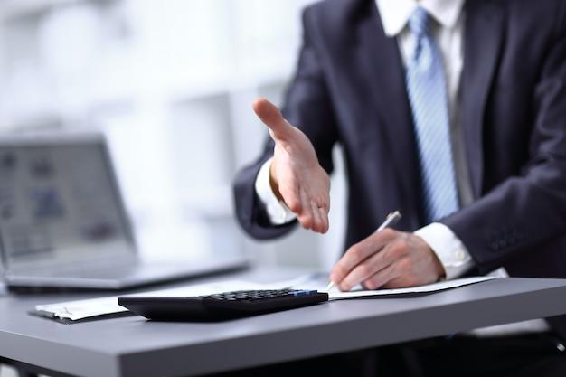 Zbliżenie obraz dłoni człowieka biznesu w ciemnym garniturze pozdrowienia kogoś