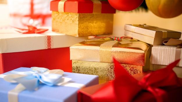 Zbliżenie obraz kolorowych wstążek na pudełkach z prezentami i prezentami. idealne abstrakcyjne tło na święta lub uroczystości