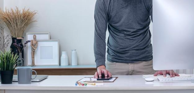Zbliżenie Obrazu Człowieka Ręce Pracujące Na Smartfonie I Dokument Premium Zdjęcia
