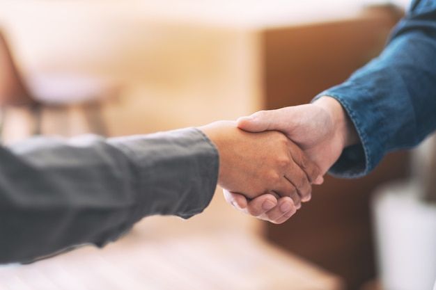 Zbliżenie obrazu dwóch biznesmenów ściskających dłonie po spotkaniu