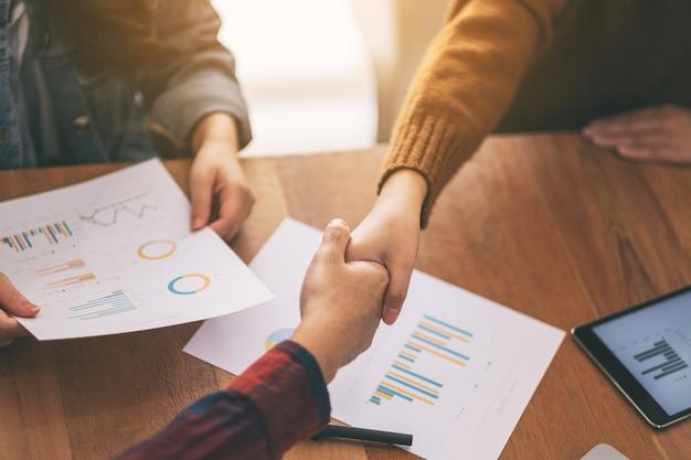 Zbliżenie obrazu dwóch biznesmenów ściskających ręce podczas spotkania