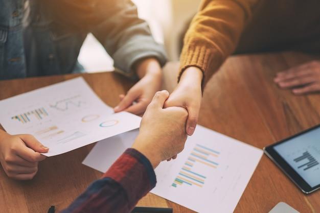 Zbliżenie obrazu dwóch osób ściskających dłonie podczas spotkania