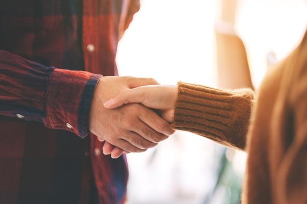 Zbliżenie obrazu dwóch osób ściskających dłonie